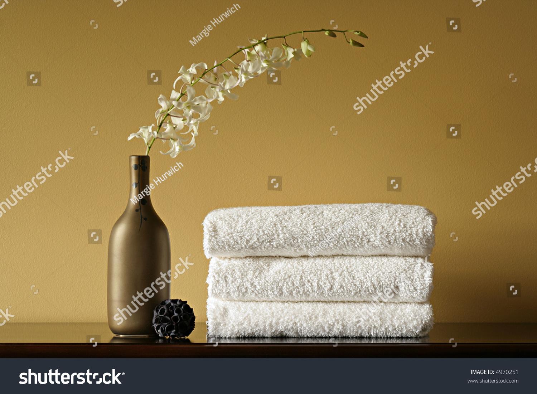 white vase towel 2560x1440 - photo #8