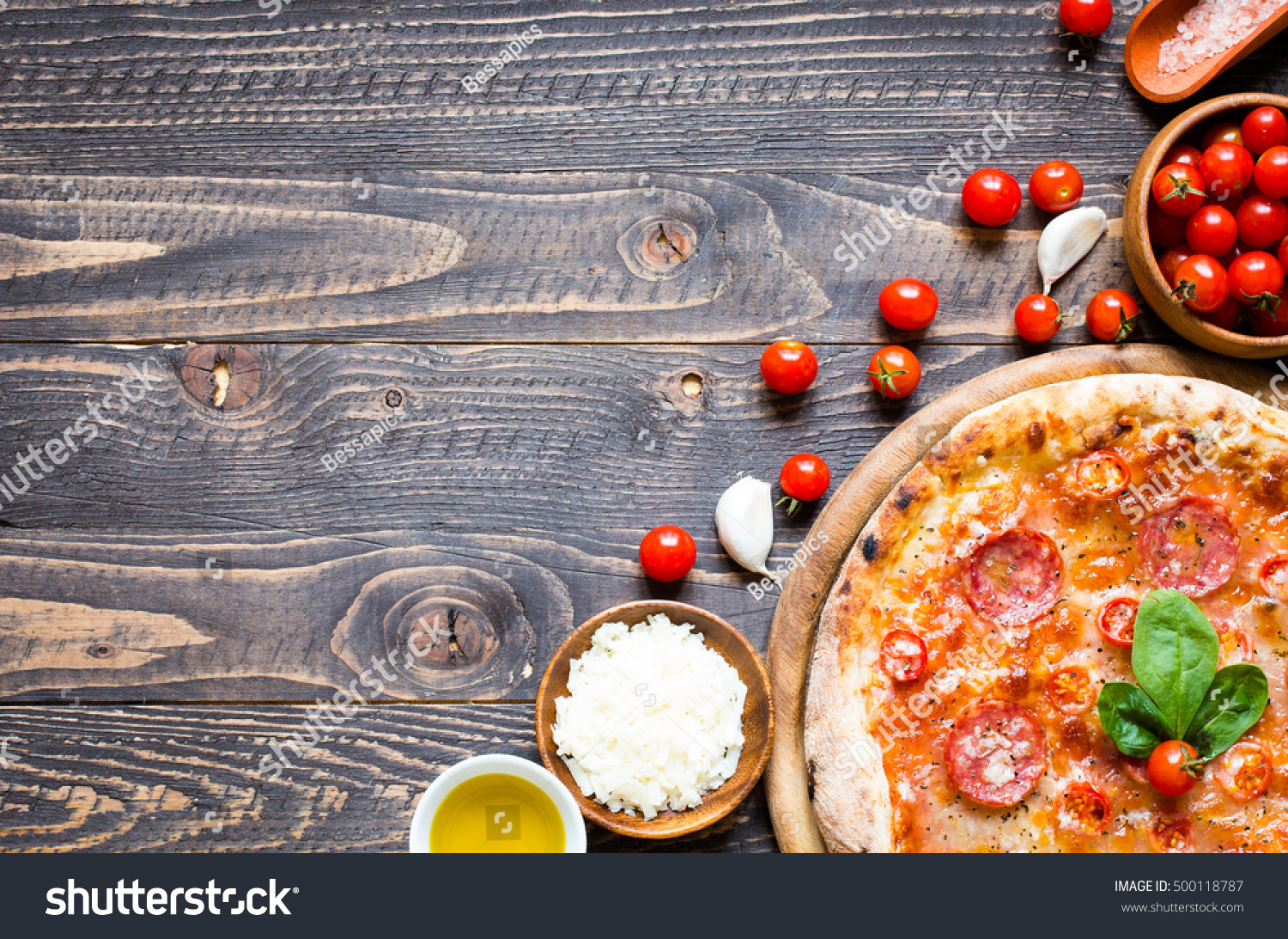 Hot italian pizza melting tomatopepperoni cheese stock for Table a pizza