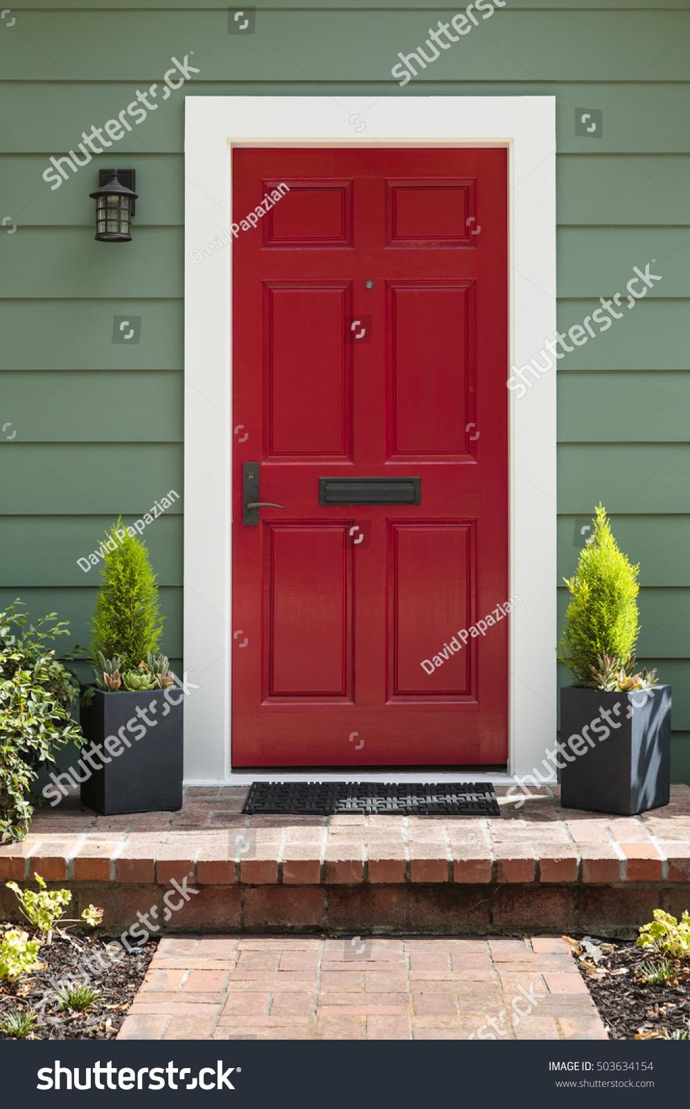 Porte D Entrée Rouge vue avant d'une porte d'entrée rouge : photo de stock