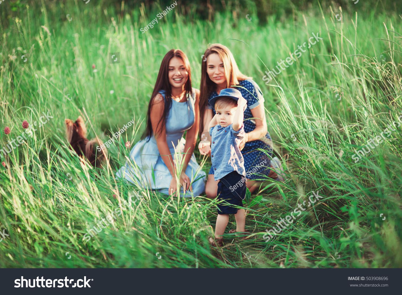 мальчик и две тети