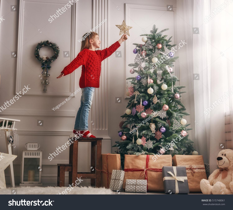 Фото девушек наряжавших елку