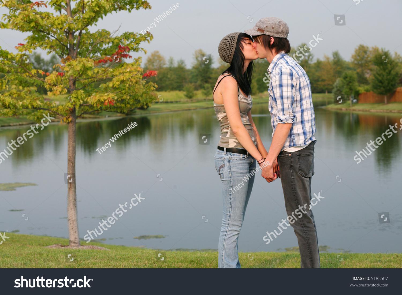 teen girls kiss guy nude