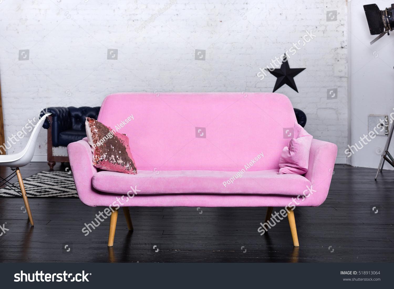 Ansprechend Retrosofa Dekoration Von Pink Retro Sofa In Loft Interior