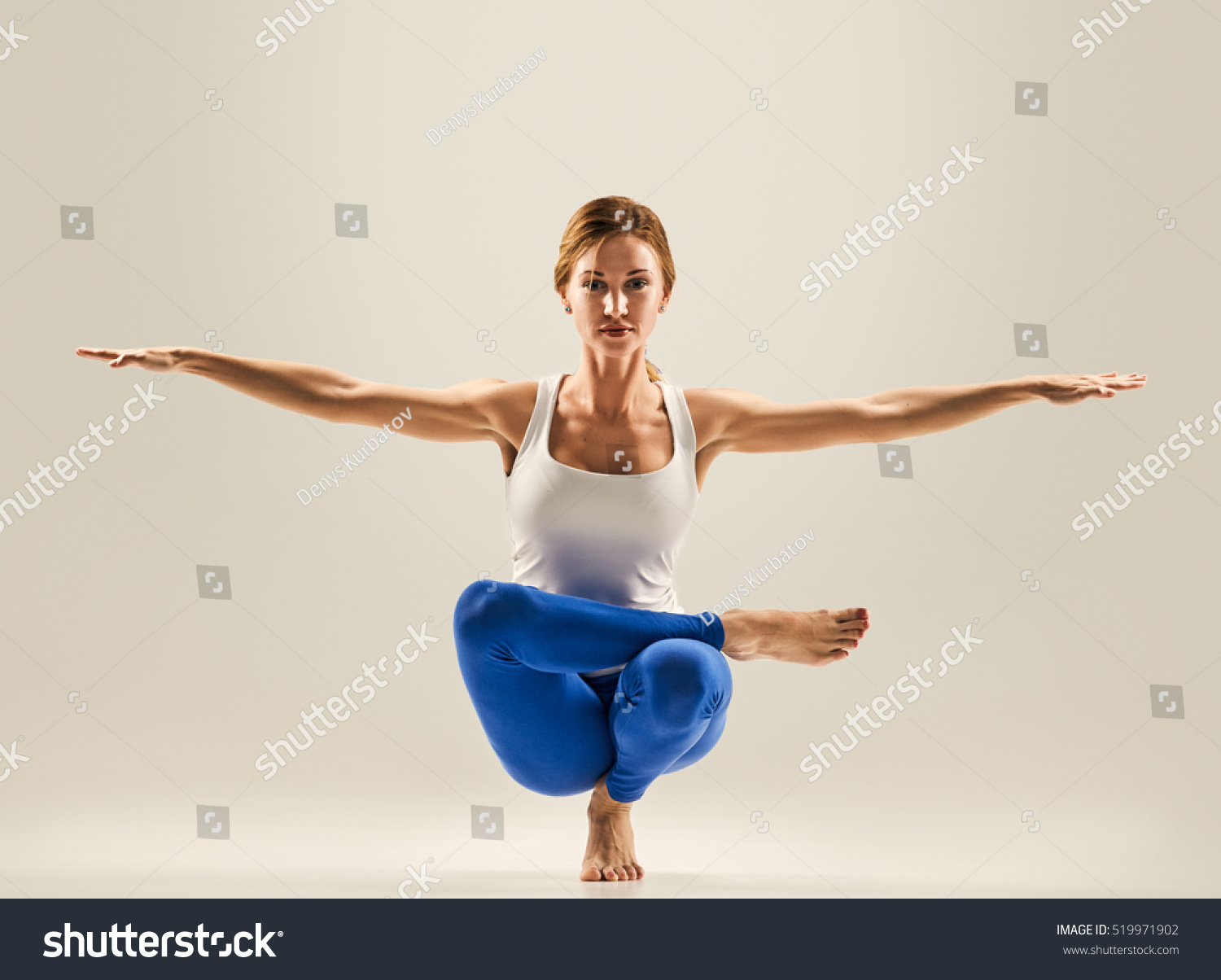 Young Beautiful Yoga Pose Balancing On Stockfoto Jetzt Bearbeiten
