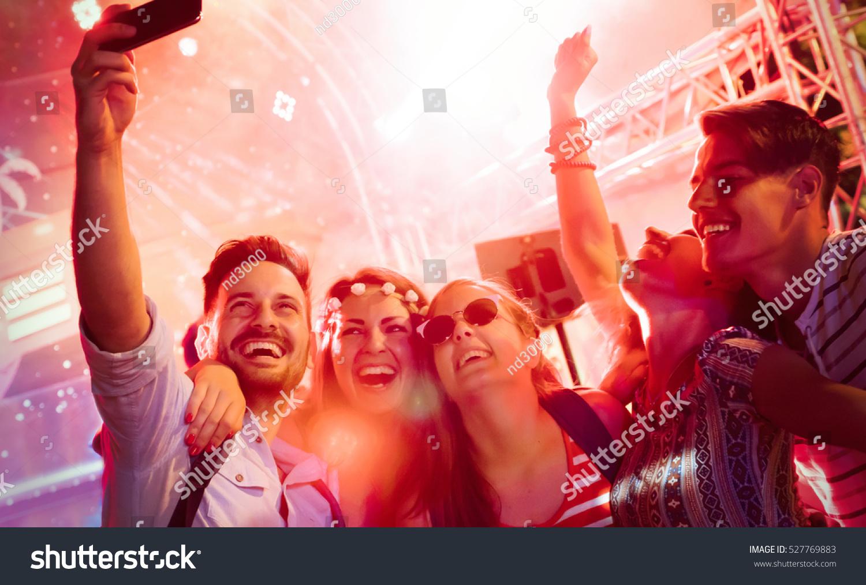 cheerful friends partying club night の写真素材 今すぐ編集