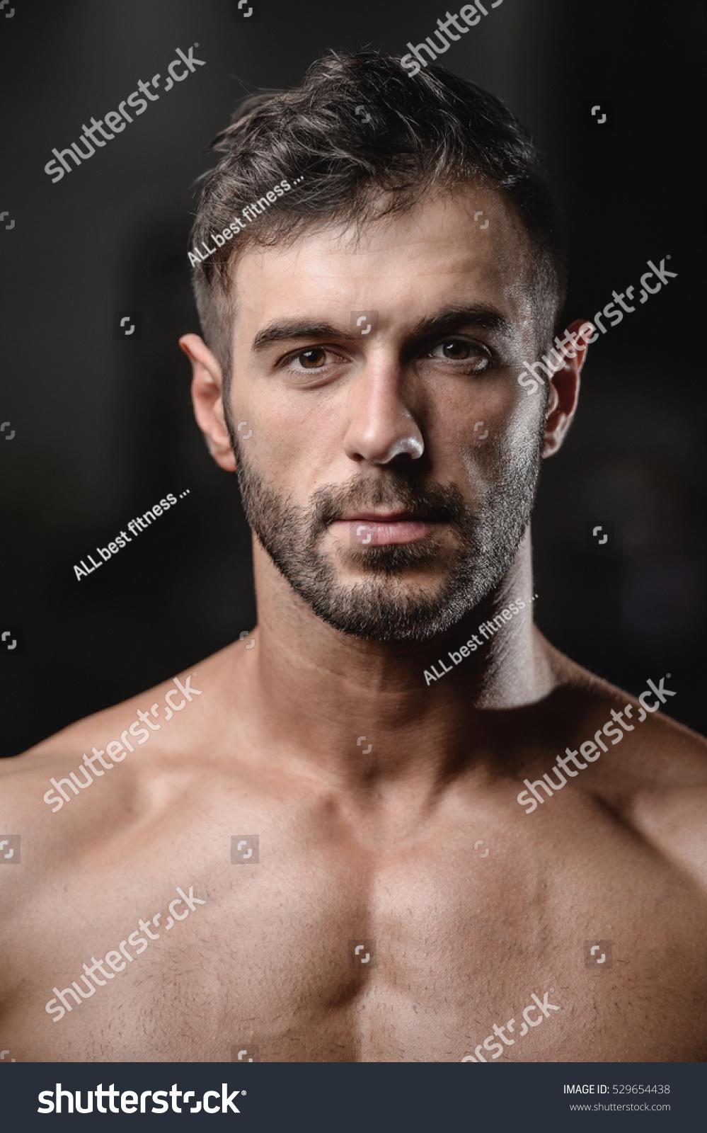 Čudoviti moški se uprizorijo v portretu na fotografiji 529654438 - Avopixcom-6878