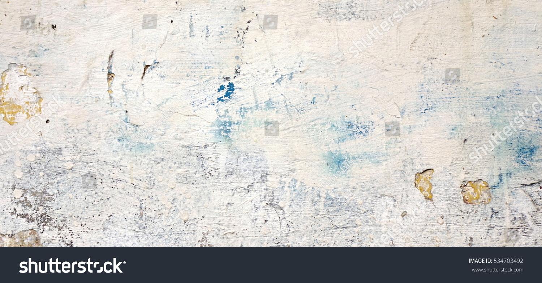 黑暗石膏牆與骯髒的白色黑色劃傷水平背景 舊磚牆與剝落灰泥質地