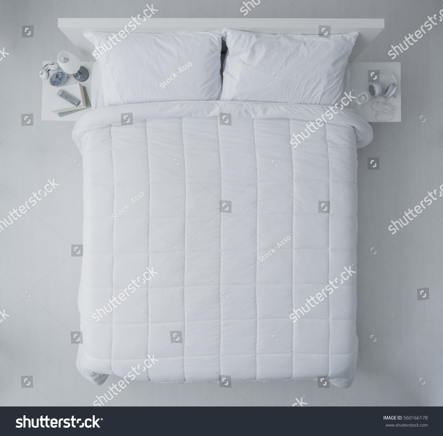 elegant bedroom white duvet sheets top の写真素材 今すぐ編集