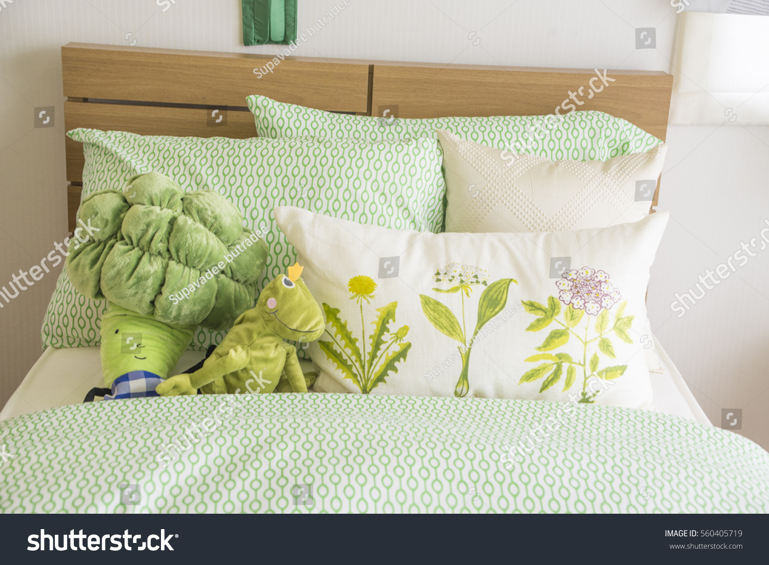 Throw Pillows On The Bed Song : Colorful Pillow On Bed Stock Photo 560405719 - Shutterstock