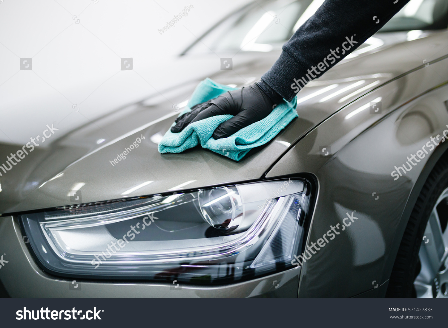 man cleaning car microfiber cloth car stockfoto (jetzt bearbeiten