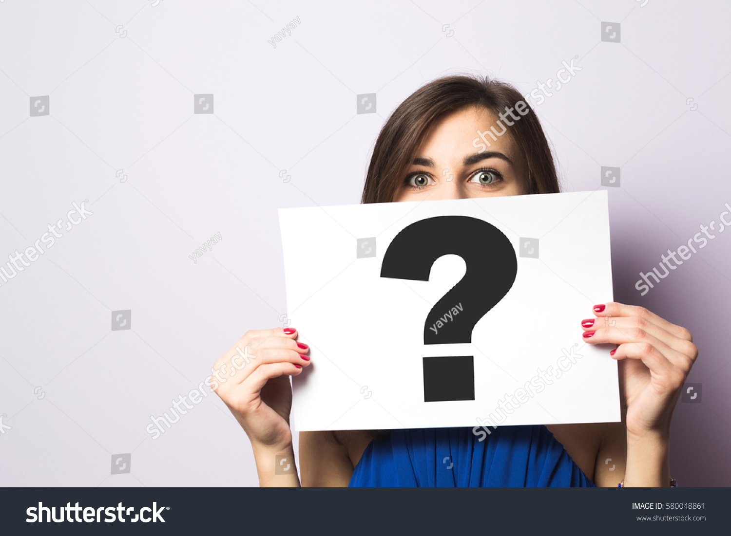 girl holding signboard question mark の写真素材 今すぐ編集