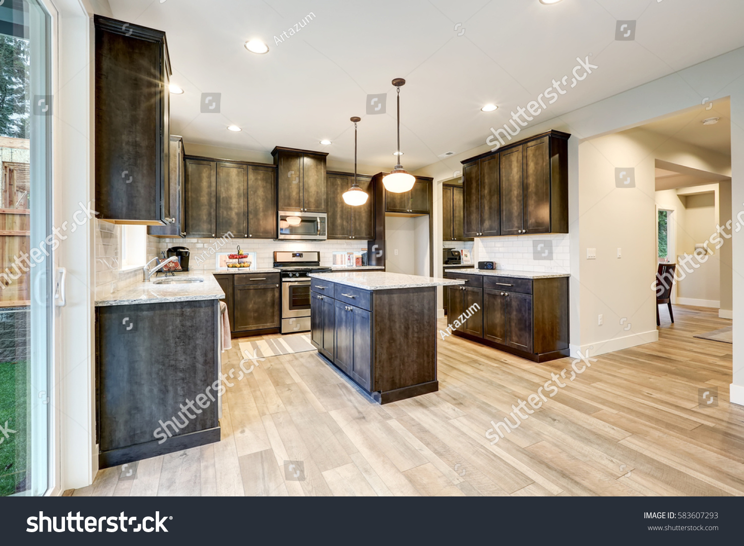 Superb Light Filled Northwest Kitchen Design With Kitchen Island, Natural Brown  Cabinets Topped With Granite Countertops