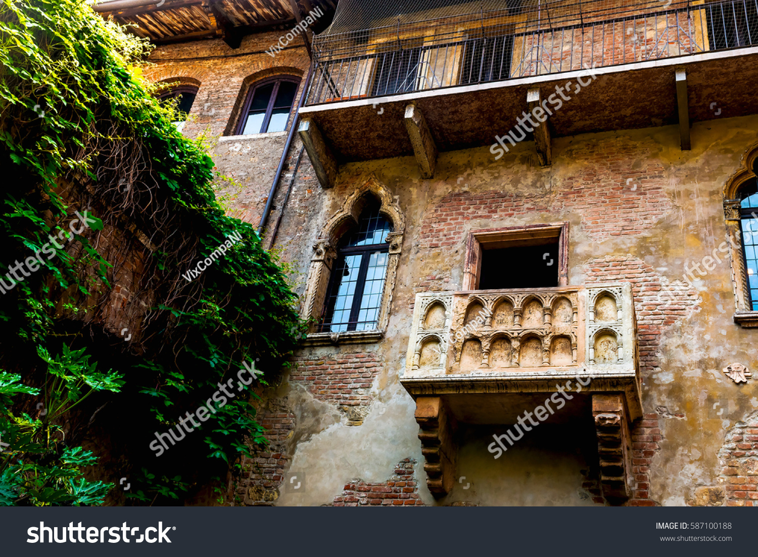 Photo famous facade building juliet balcony stock photo for Famous balcony