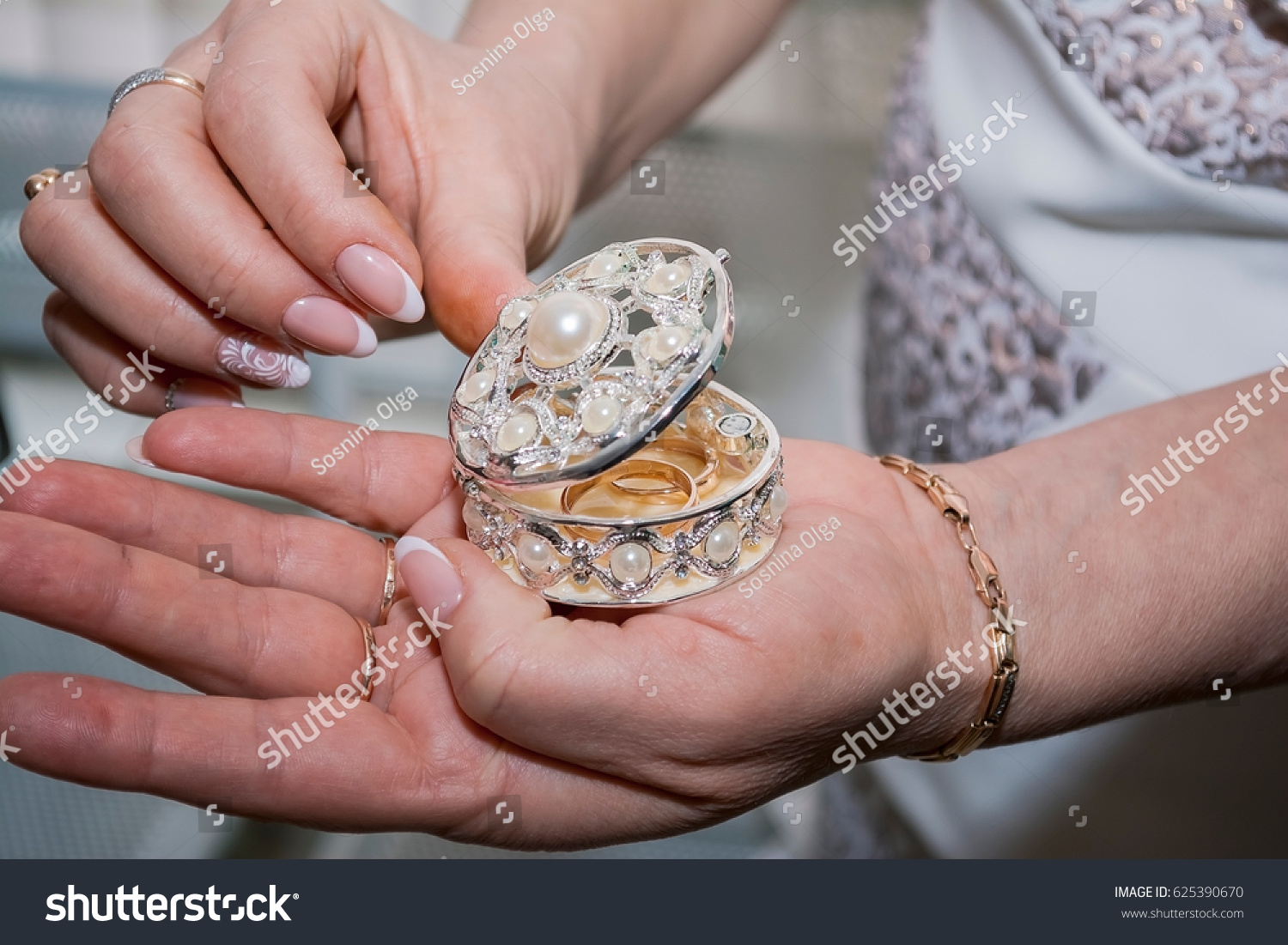 Woman holding a beautiful box with gold wedding rings in hands | EZ ...