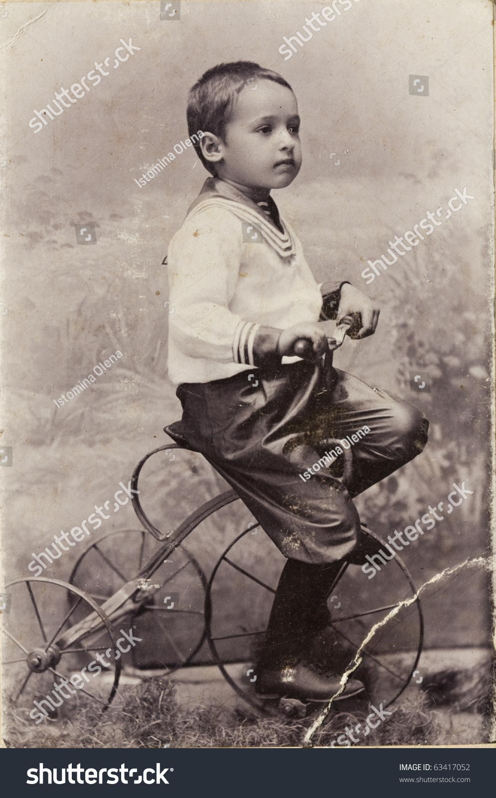 Фото маленького хлопчикав бібліотеці 4 фотография