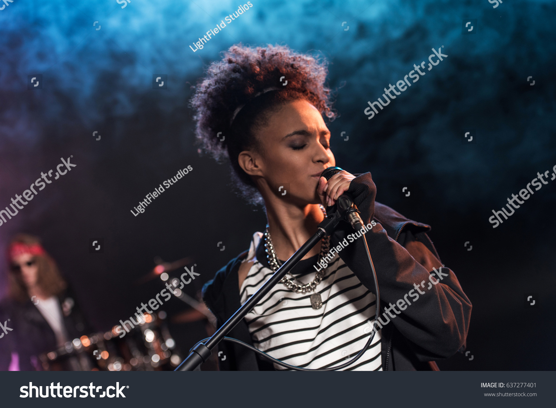 Конфуз на Евровидении: у британской певицы вырвали микрофон на сцене | 1101x1500
