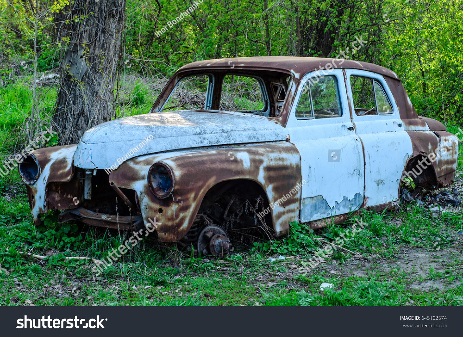 Old Rusty Car Body On Ground Stock Photo 645102574 - Shutterstock