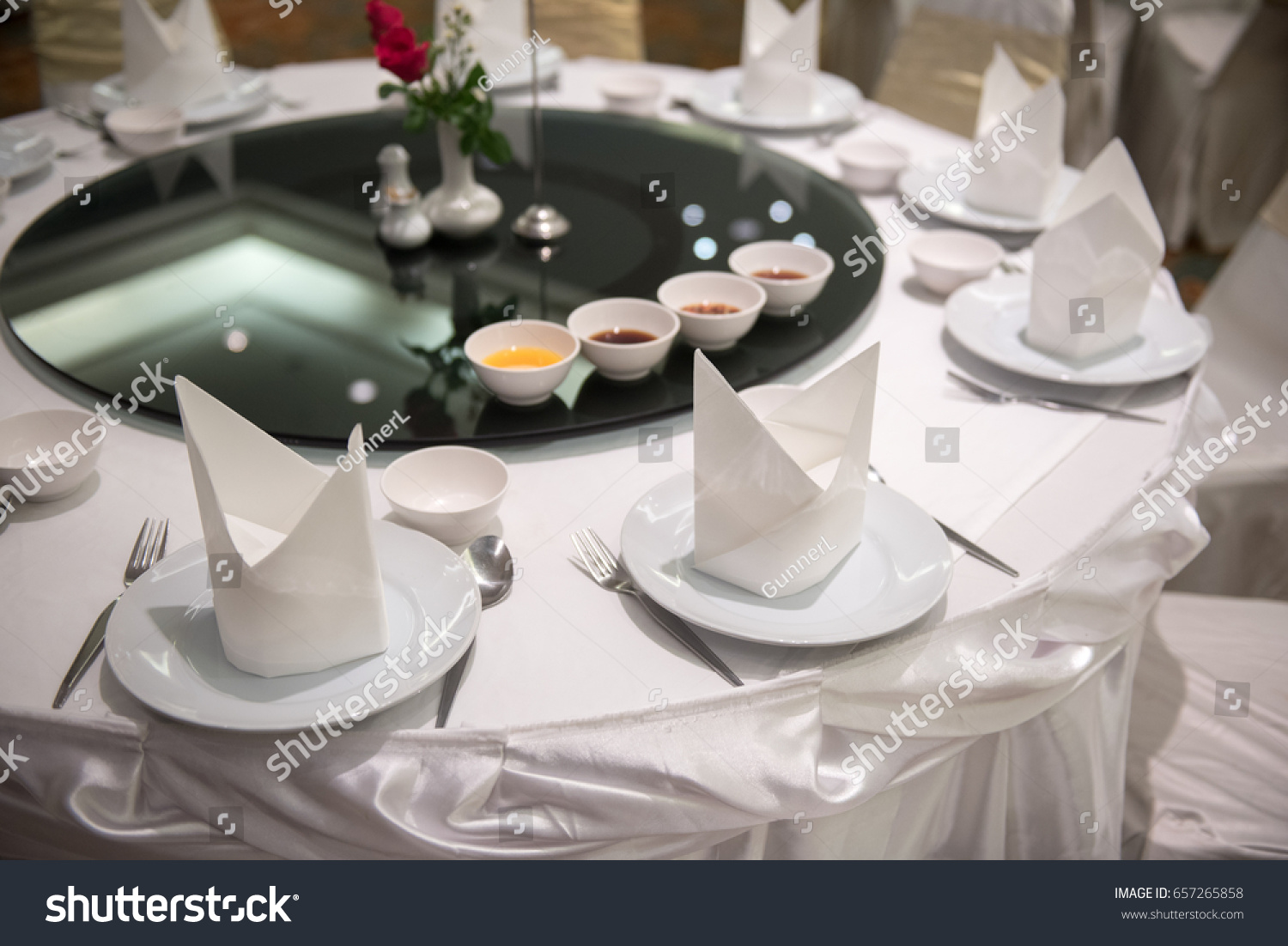 Simple and elegant table setting in Chinese Style. Close up Dining table set. & Simple Elegant Table Setting Chinese Style Stock Photo (Royalty Free ...