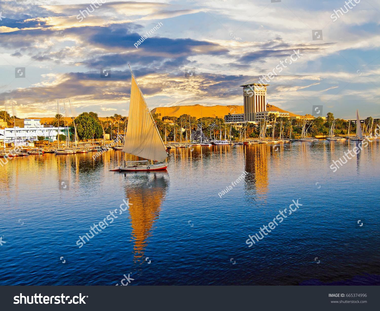 Луксор на реке Нил - популярное место для туристических лодок, чтобы пришвартоваться до крушения реки Нил, Египет, 2008