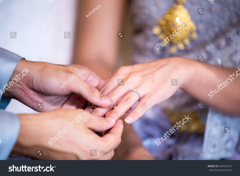 Close Brides Finger That Groom Put Stock Photo 669720319 - Shutterstock