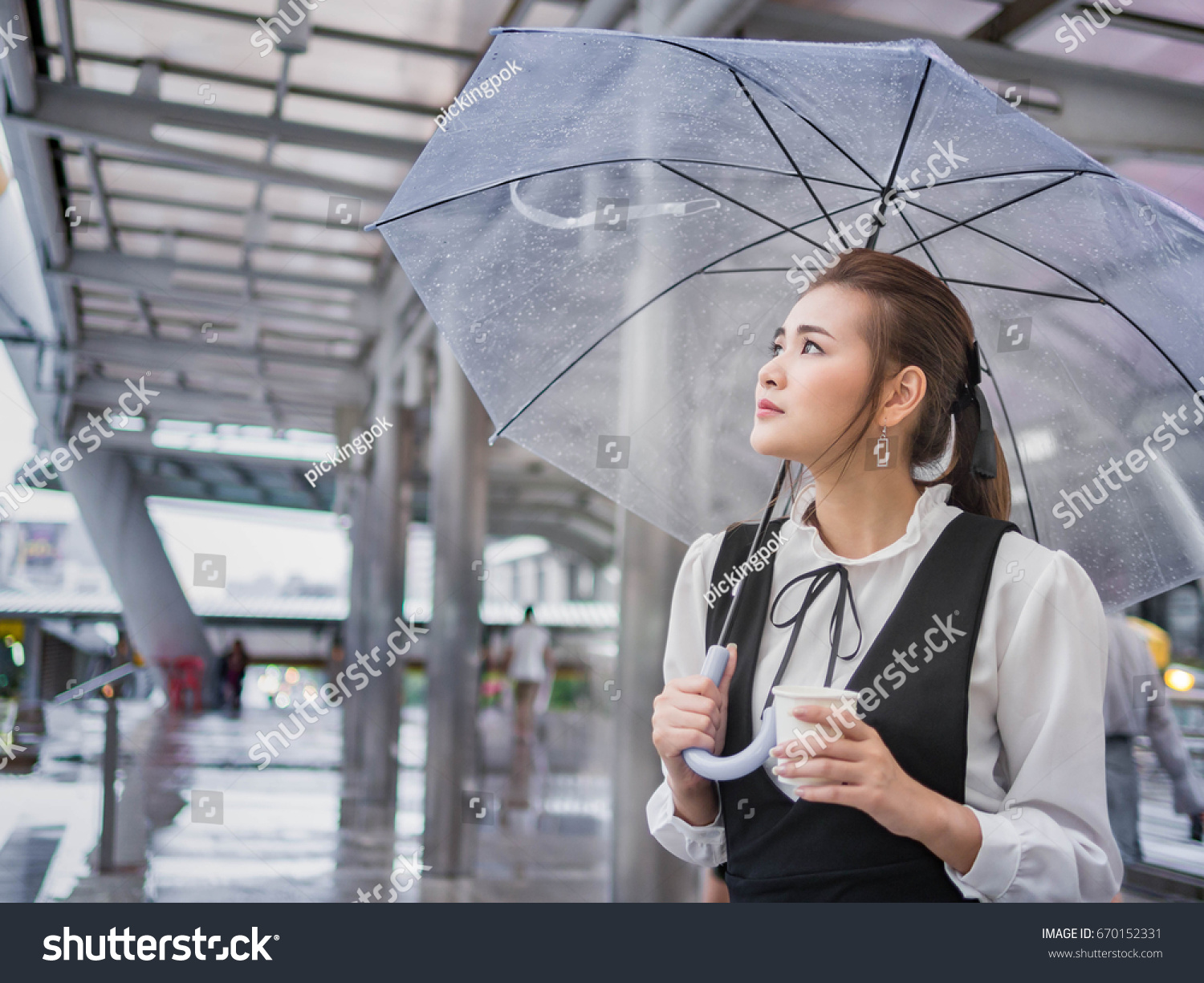 She was alone, without an umbrella, and only the hood of the light jacket rescued her from the cold rain. Noticing our hero, she turned to him for help