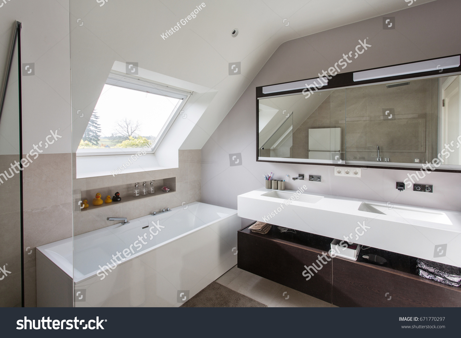 Exceptionnel Nice Modern Bathroom With Freestanding Bath, Solid Surface Tablet And Big  Walk In Shower