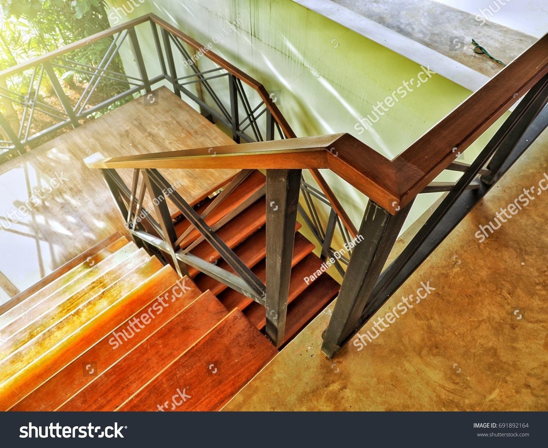 Rampe D Escalier Murale Bois photo de stock de escalier métallique à rampe d'escalier en