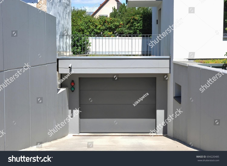 Fertiggarage beton  Modern Concrete Car Garage Automatic Door Stock Photo 694220485 ...