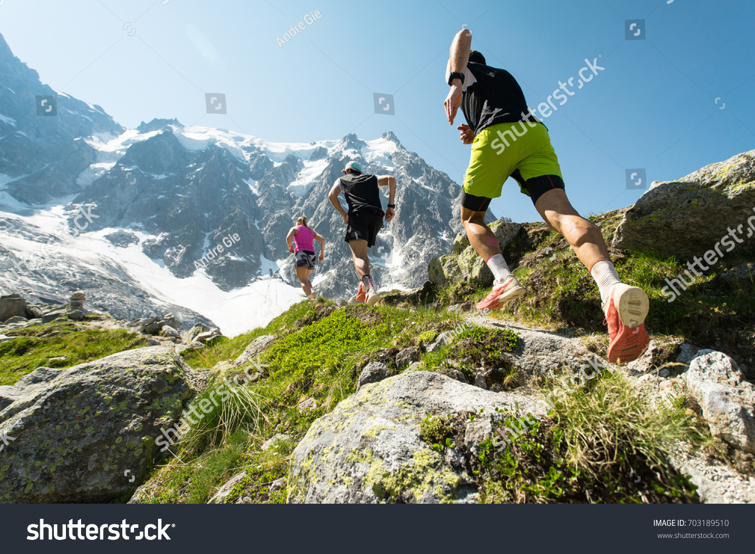 trail running adventure alps towards mountains の写真素材 今すぐ