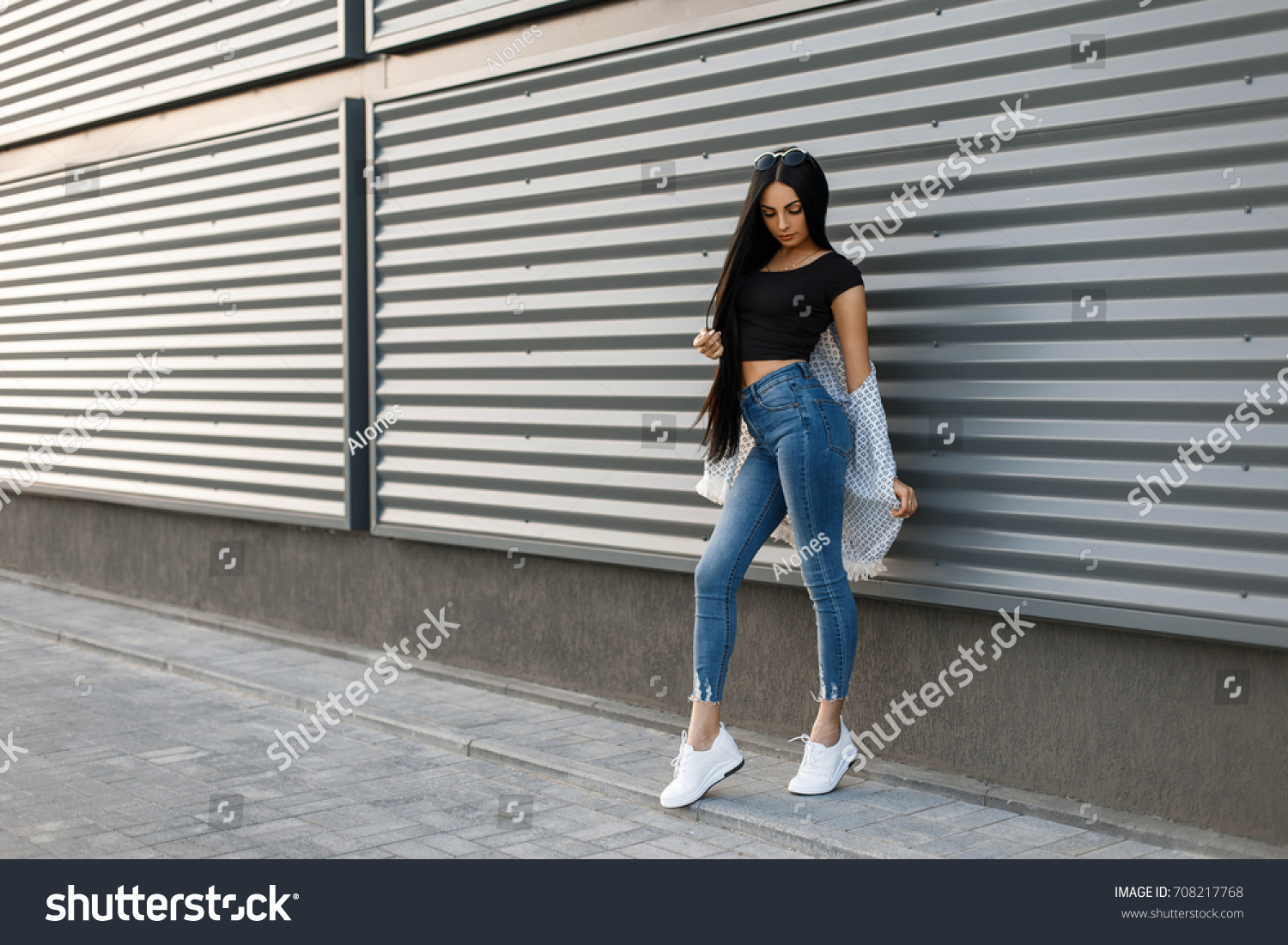 Standing woman wearing jeans and black boots — Stock Photo