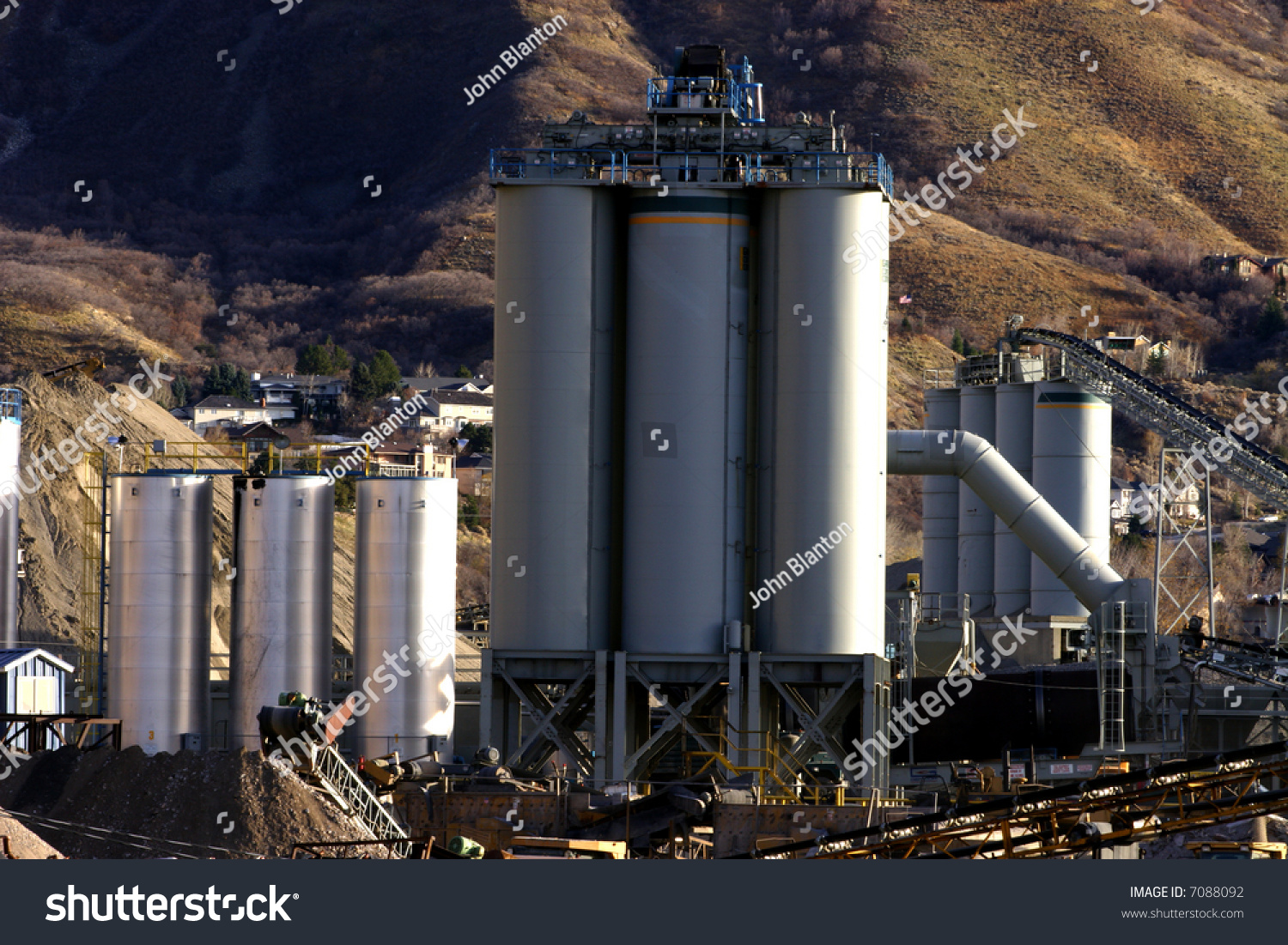 Utah Cement Plants : Extensive concrete manufacturing plant in utah with