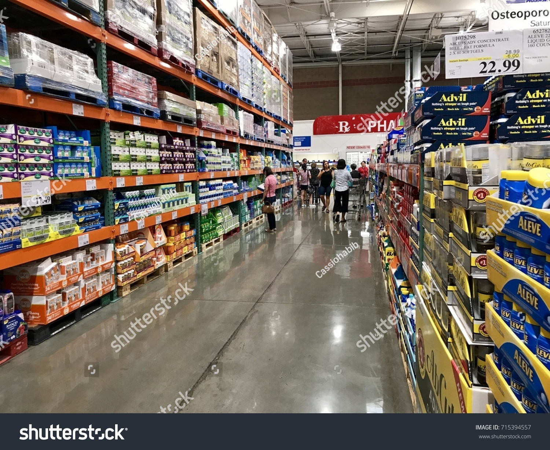 FOLSOM USA AUG 2 2017 Costco Stockfoto (Jetzt bearbeiten) 715394557 ...