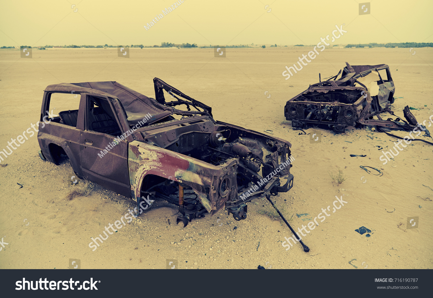 Abandoned Rusty Cars Middle Dubai Desert Stock Photo Edit Now 716190787