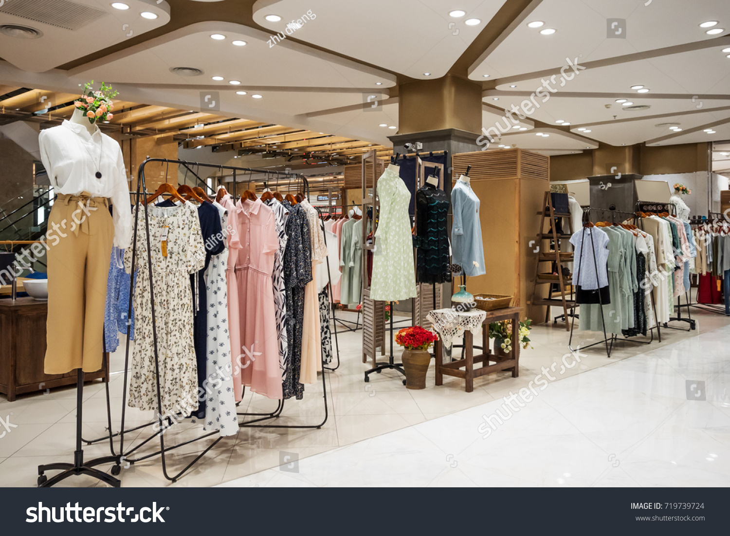 Retail Fashion Shopping Mall:https://www.shutterstock.com