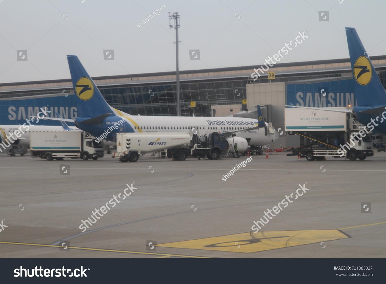 Aeroporto Kiev : Airplane near terminal boryspil airport kiev stock photo edit now