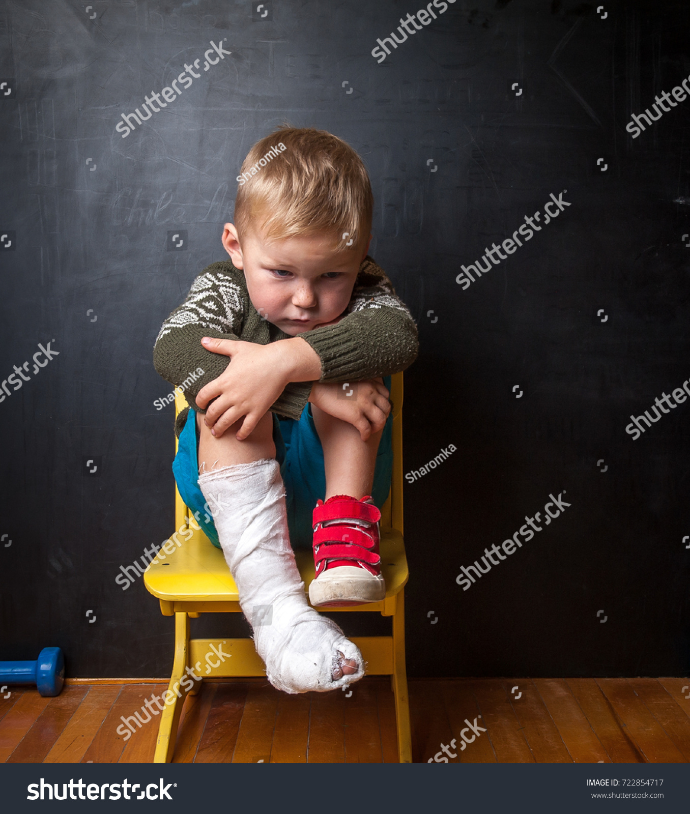 Black child sitting in chair - Boy With Broken Leg On Black Background Child In Plaster Cast Sitting On The Chair