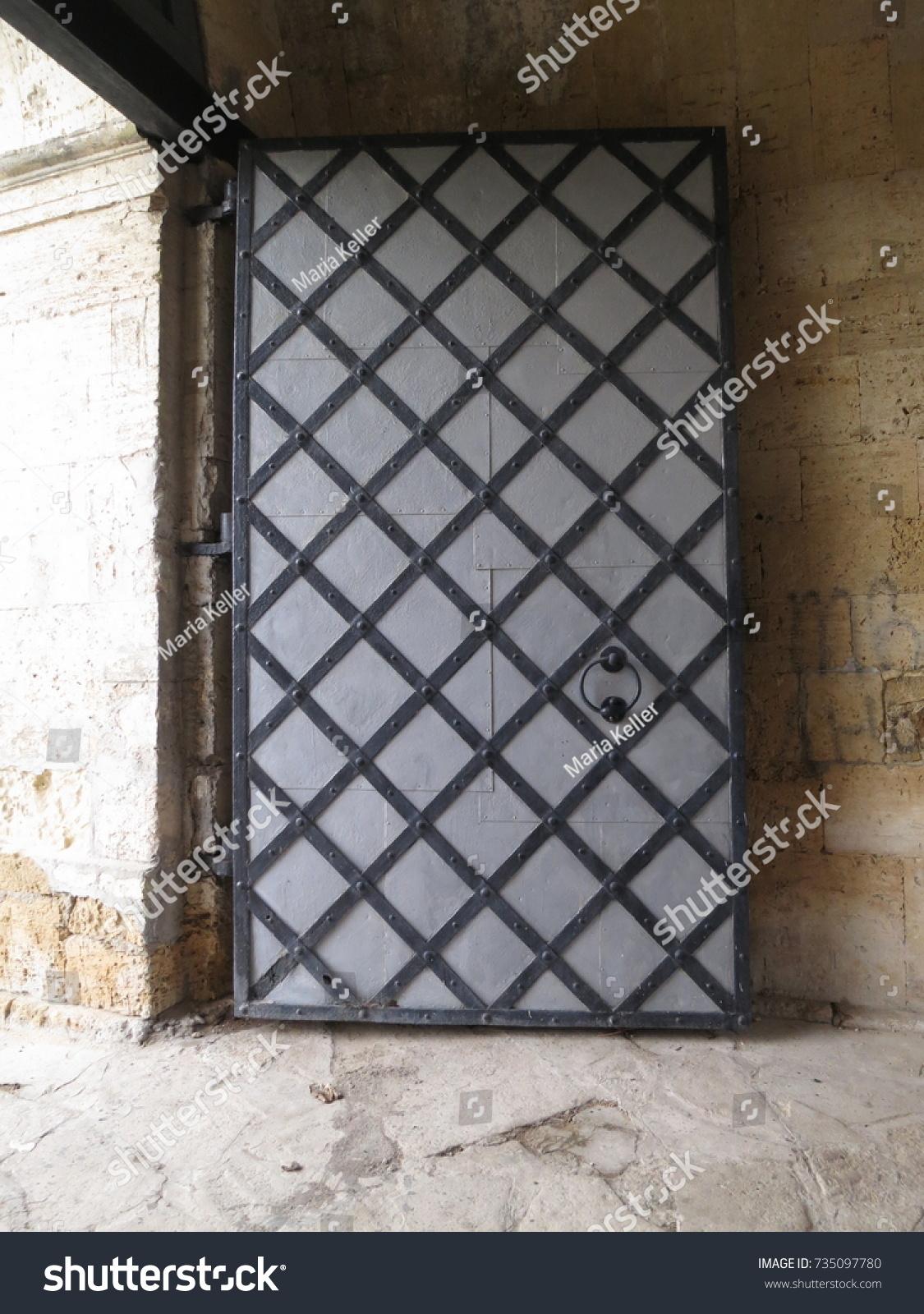 Big Old Doors & Big Old Doors Stock Photo 735097780 - Shutterstock