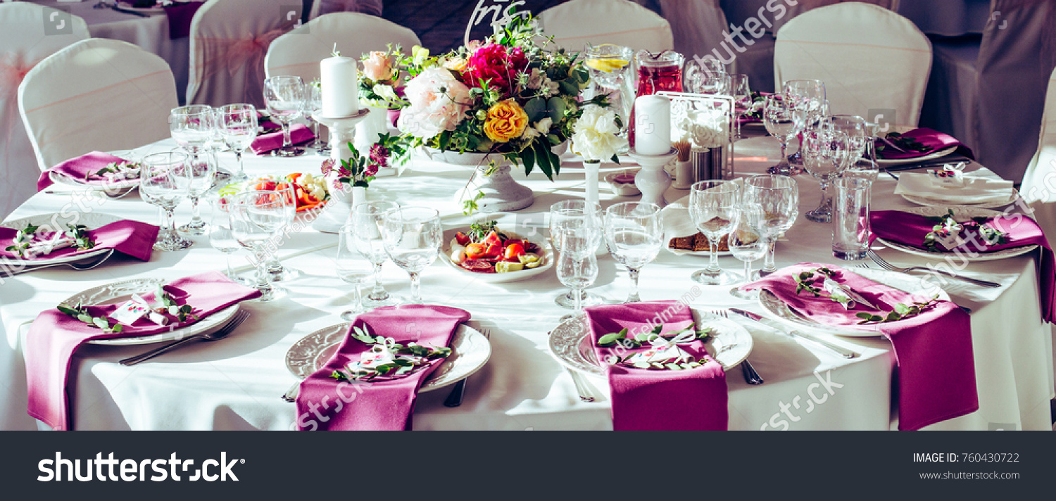Wedding Round Table Decorations With Beautiful Flowers, Purple Tissues, Lot  Of Wine Glases And