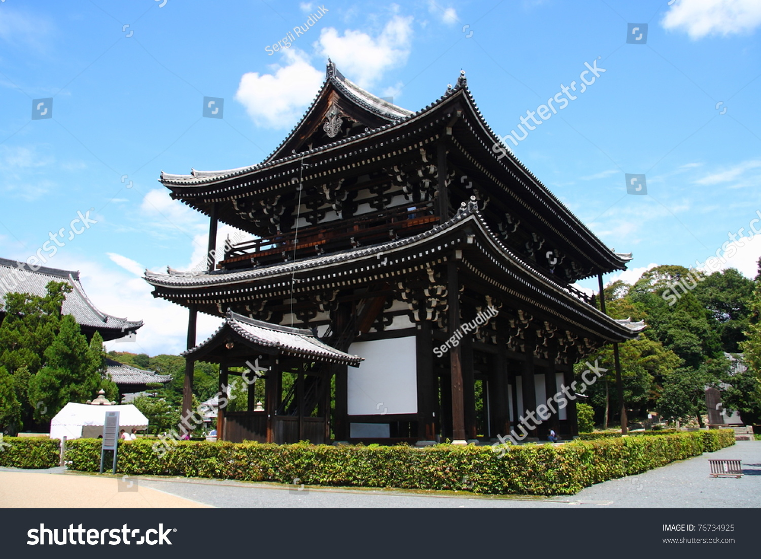 Traditional japanese architecture (gate to the Tofuku-ji temple in Kyoto)