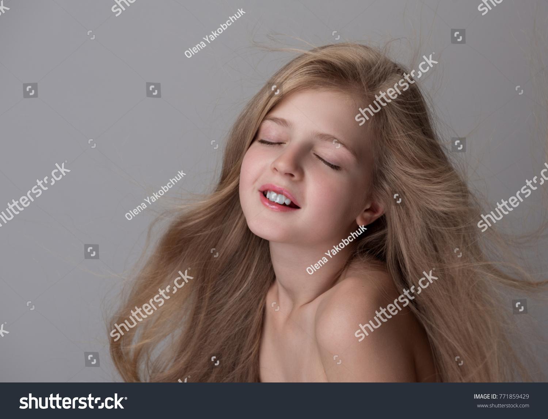 Foto Stock De Enjoyment Joyful Cute Little Girl Naked Editar Agora