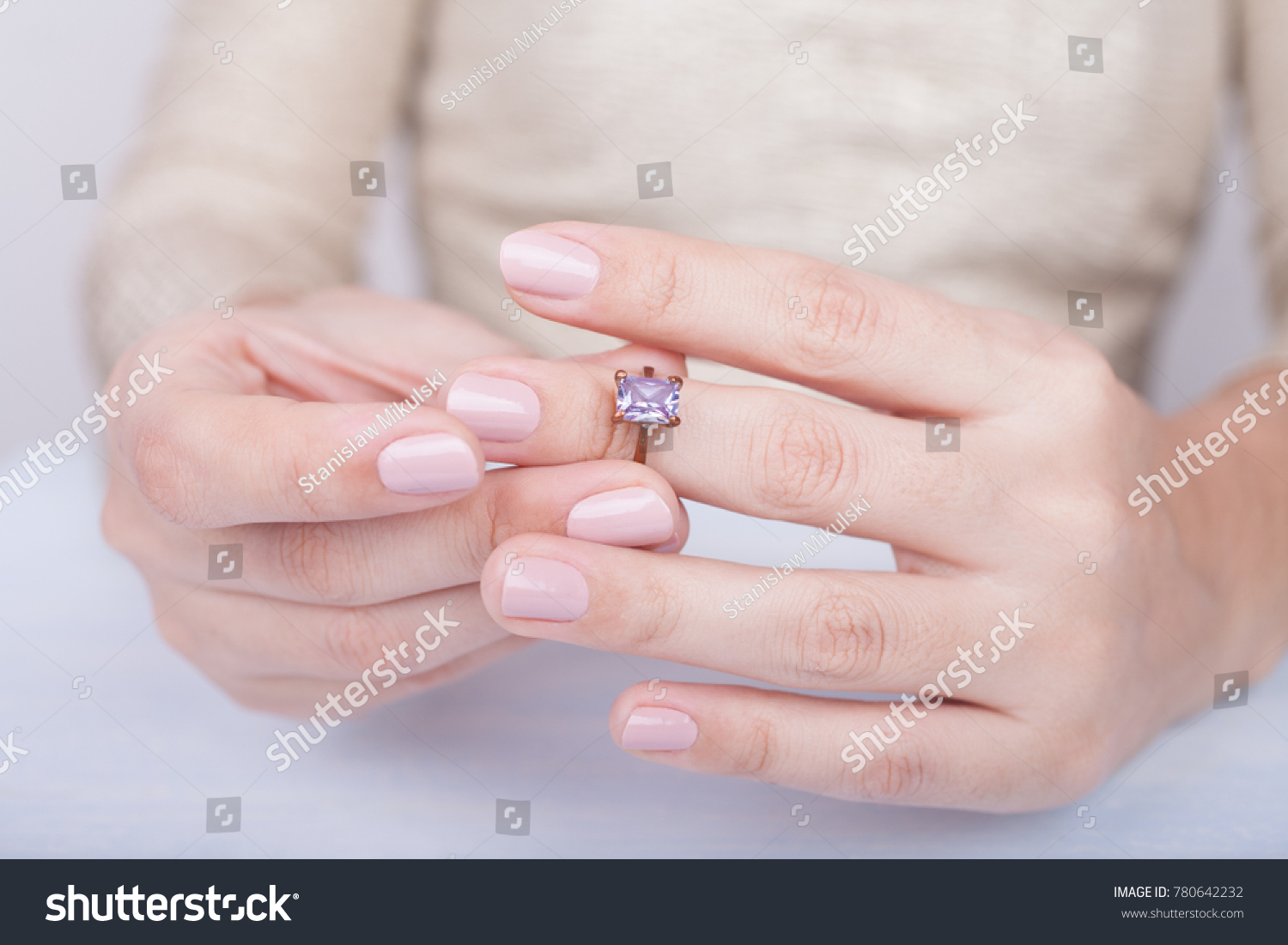 Woman taking off the wedding ring | EZ Canvas