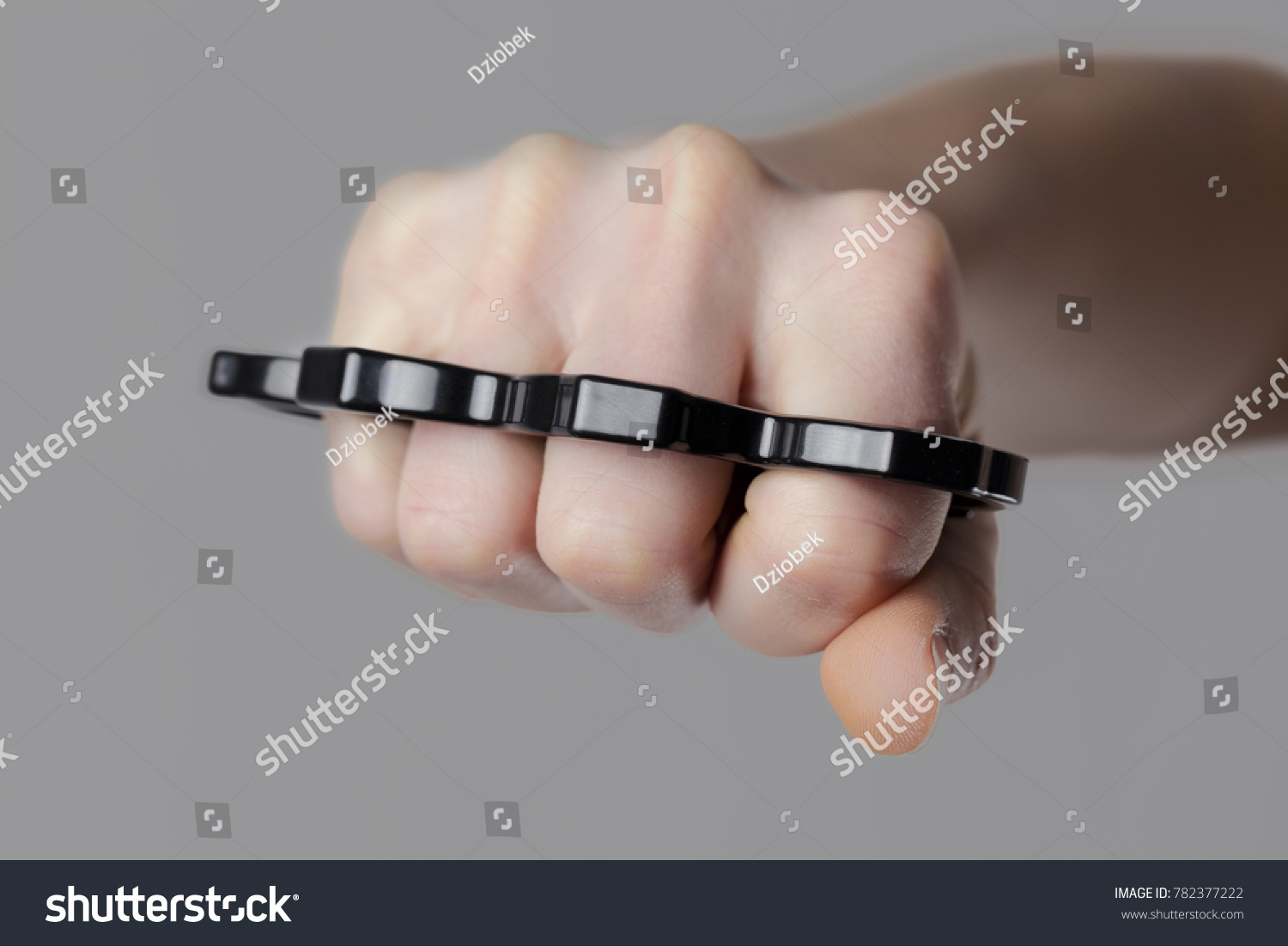 How to wear safely brass knuckles