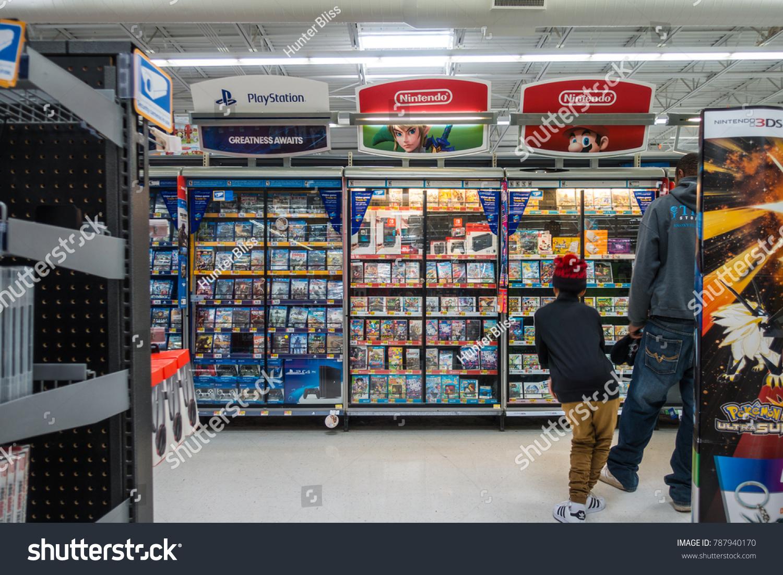 Wal Mart Video Game Section Little Boy Stockfoto (Jetzt bearbeiten ...