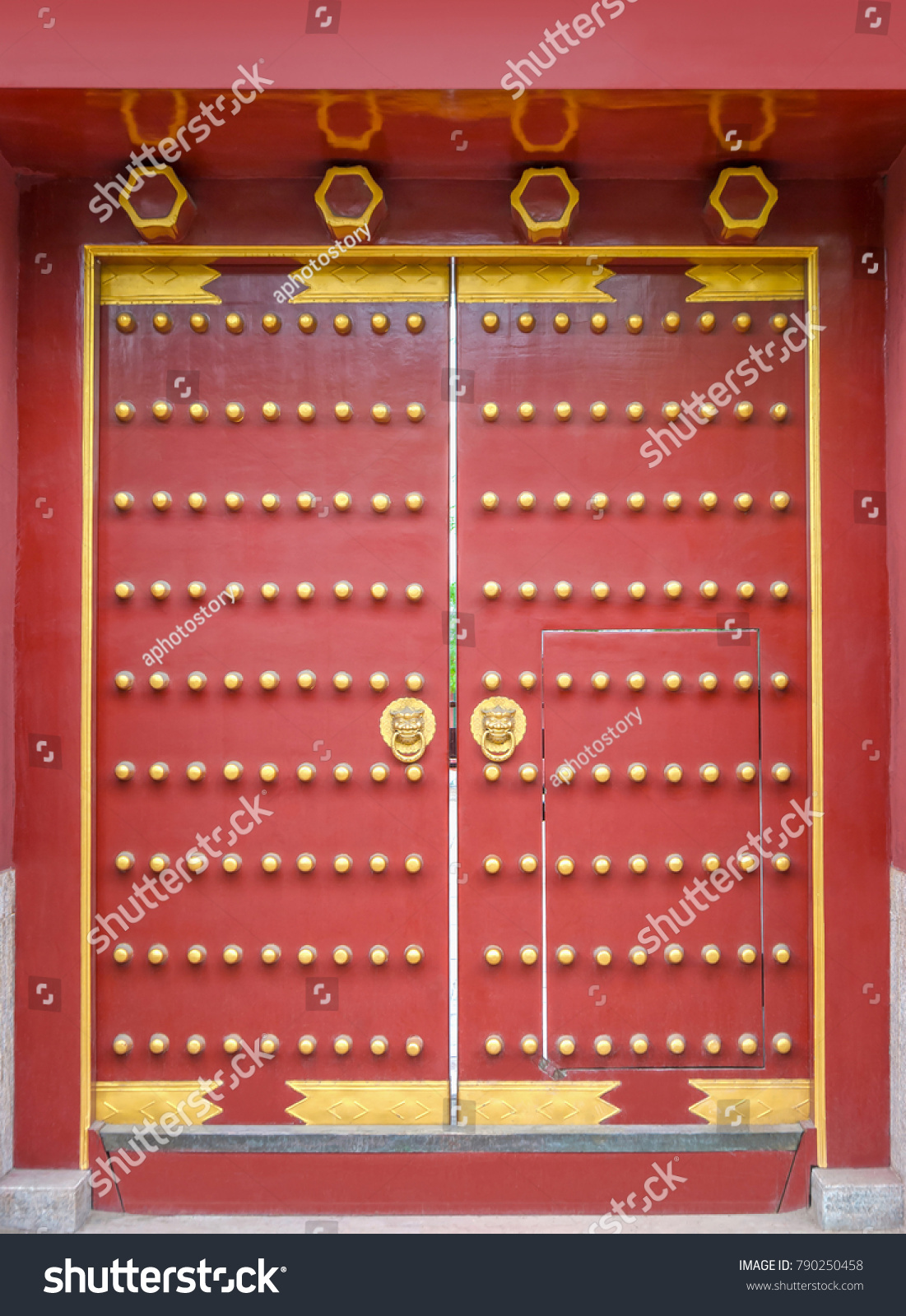 Ancient Door Of Chinese Temple. Confucian Temple, Located In Harbin,  Heilongjiang, China
