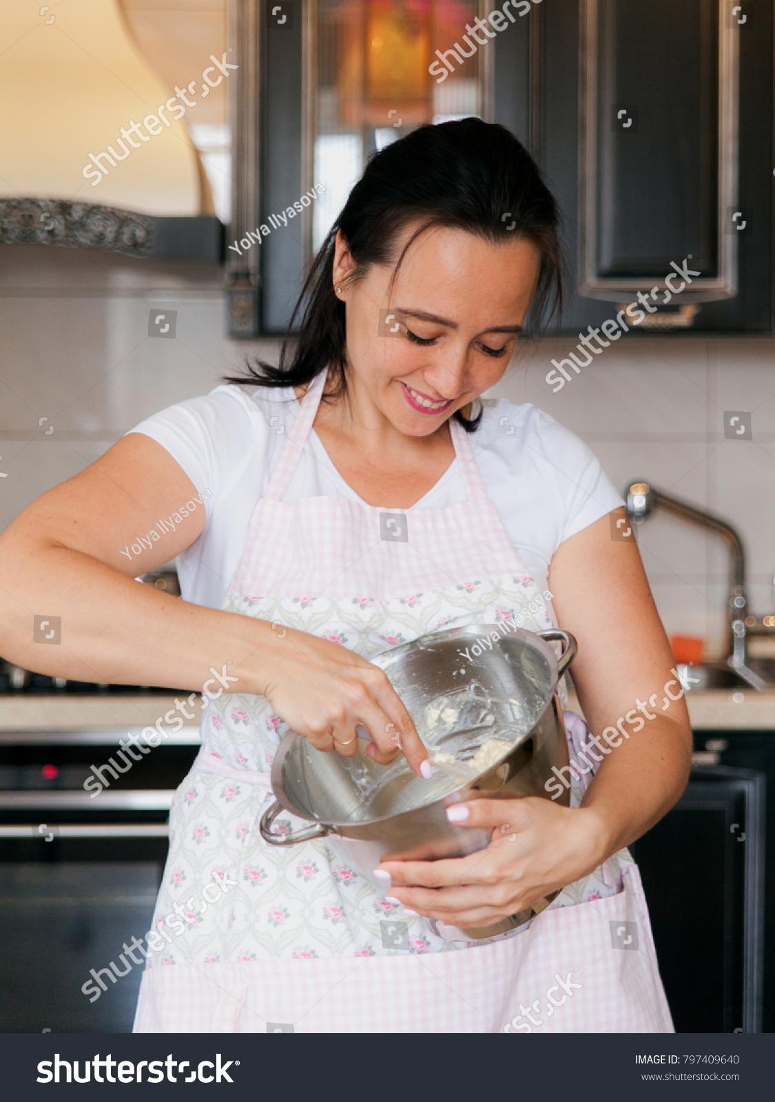 Woman on knees cunninglingus