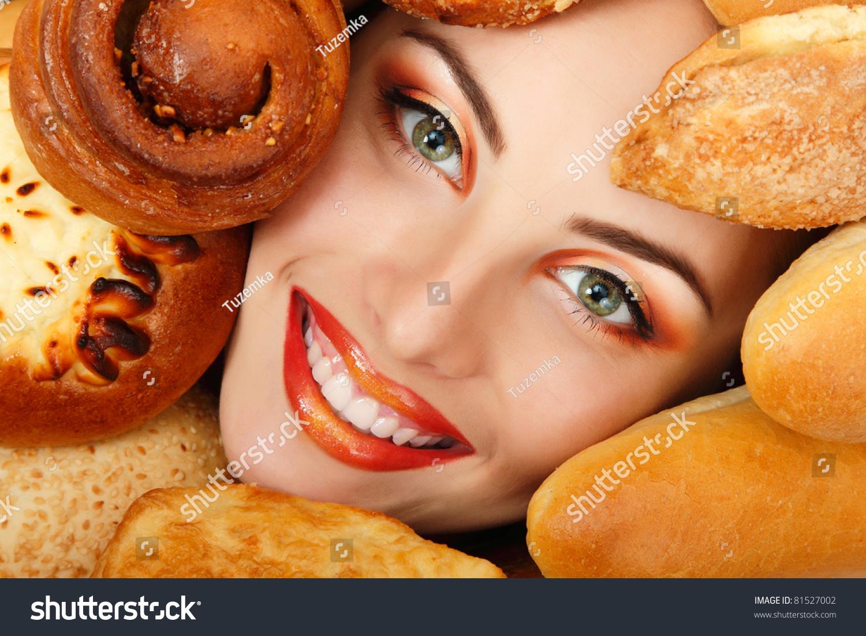 Фото девушка ест пироги