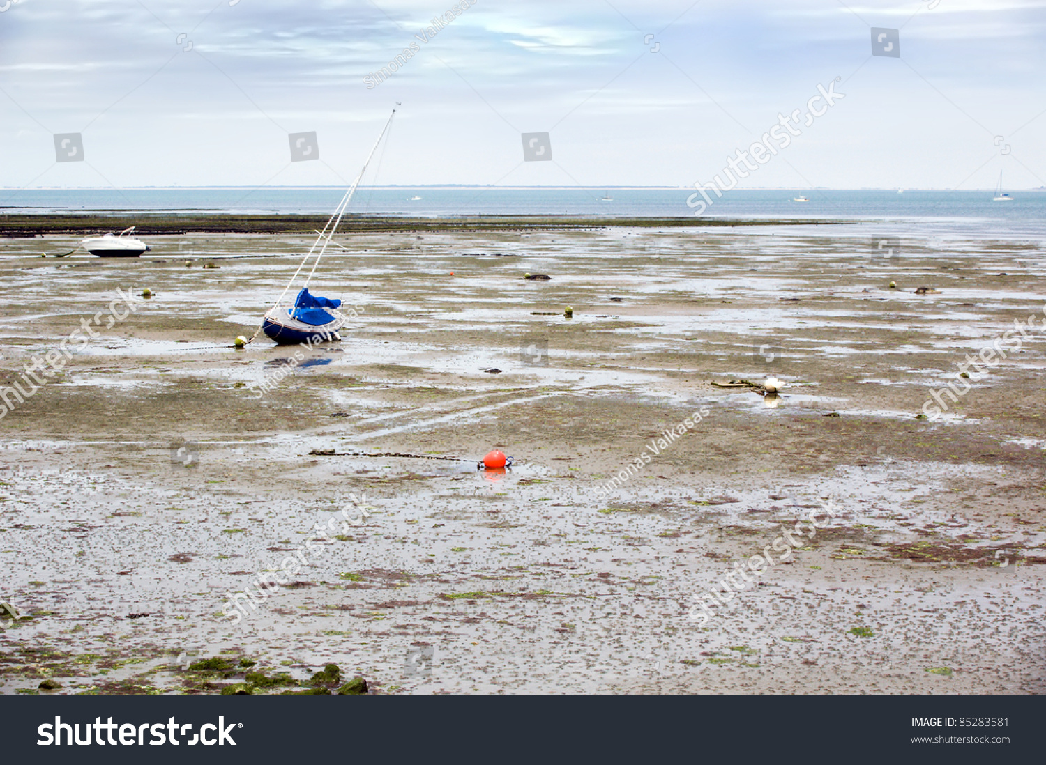 Fishing boats during low tide france la rochelle stock for Tides for fishing louisiana
