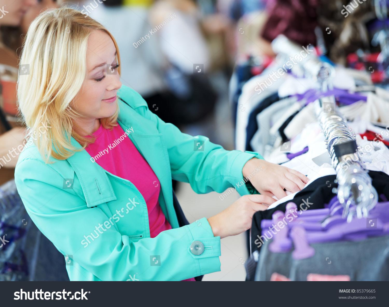 Съемки девушек в магазине одежды 4 фотография