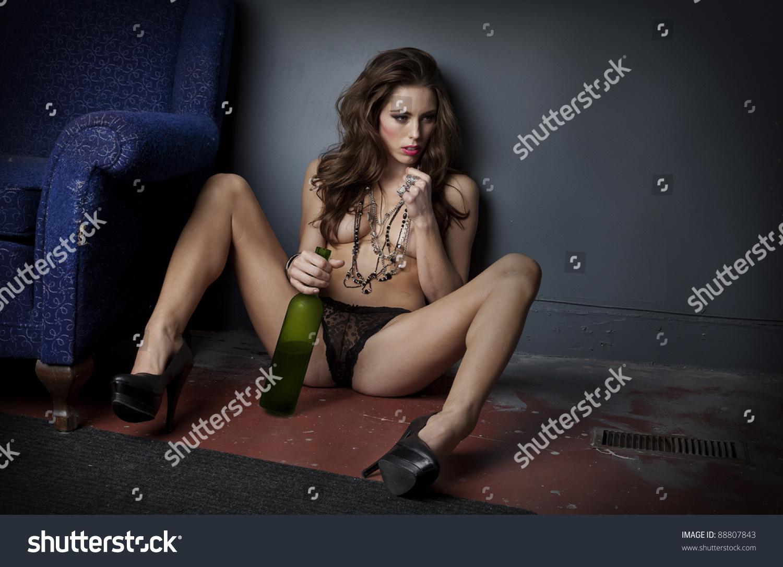 Голая пьет