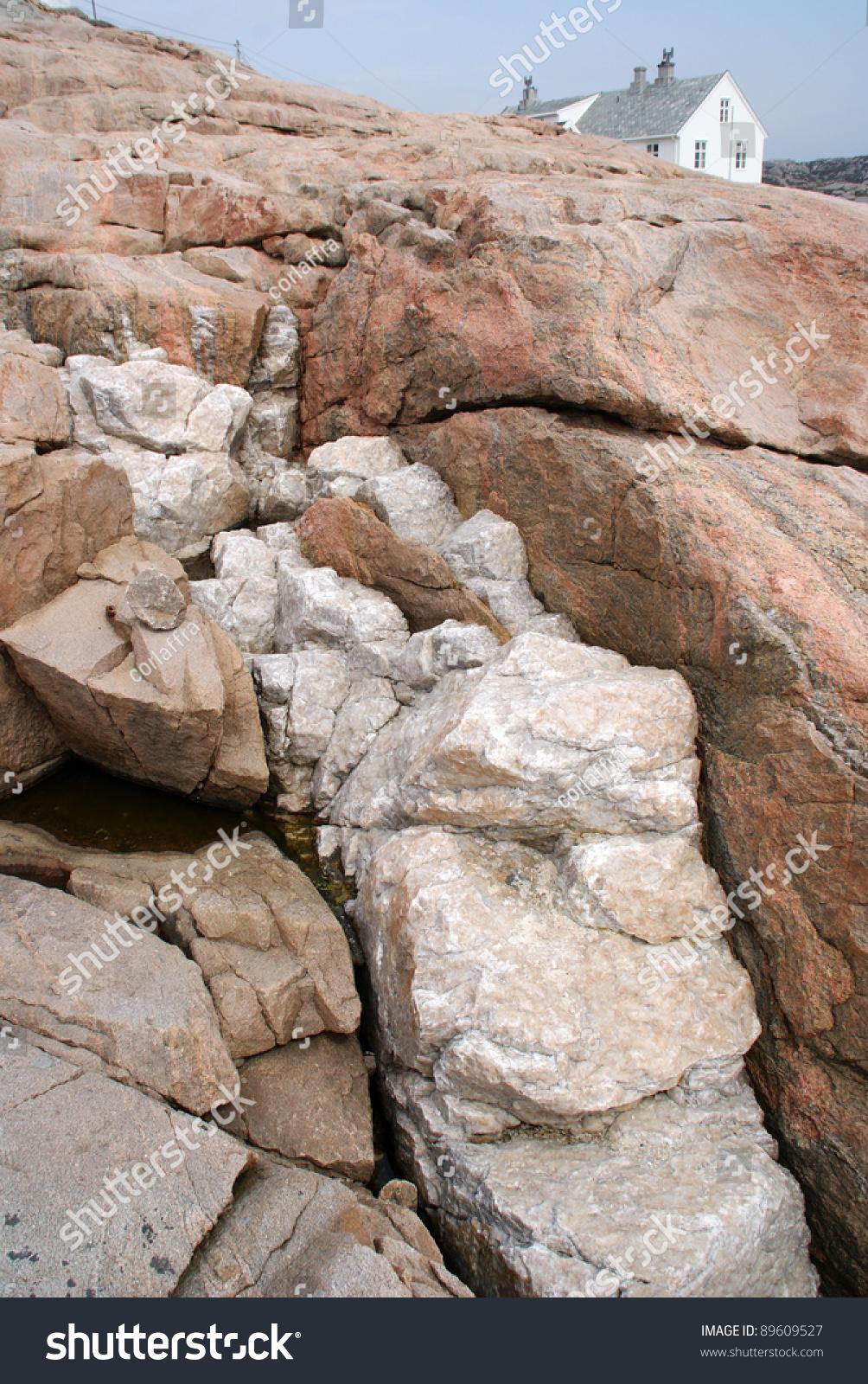 Red Granite Rock : A quartz intrusion in fractured red granite rocks